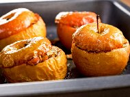 Рецепта Печени ябълки с бадеми, стафиди и масло на фурна